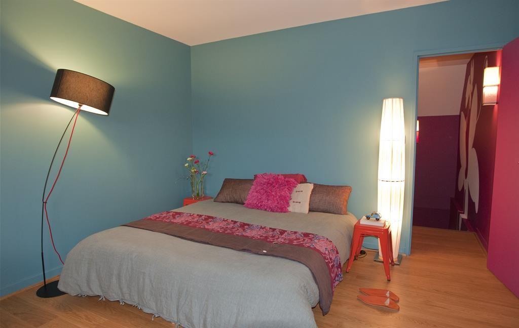 Pastel blue minimalist bedroom Chambre aux murs bleus
