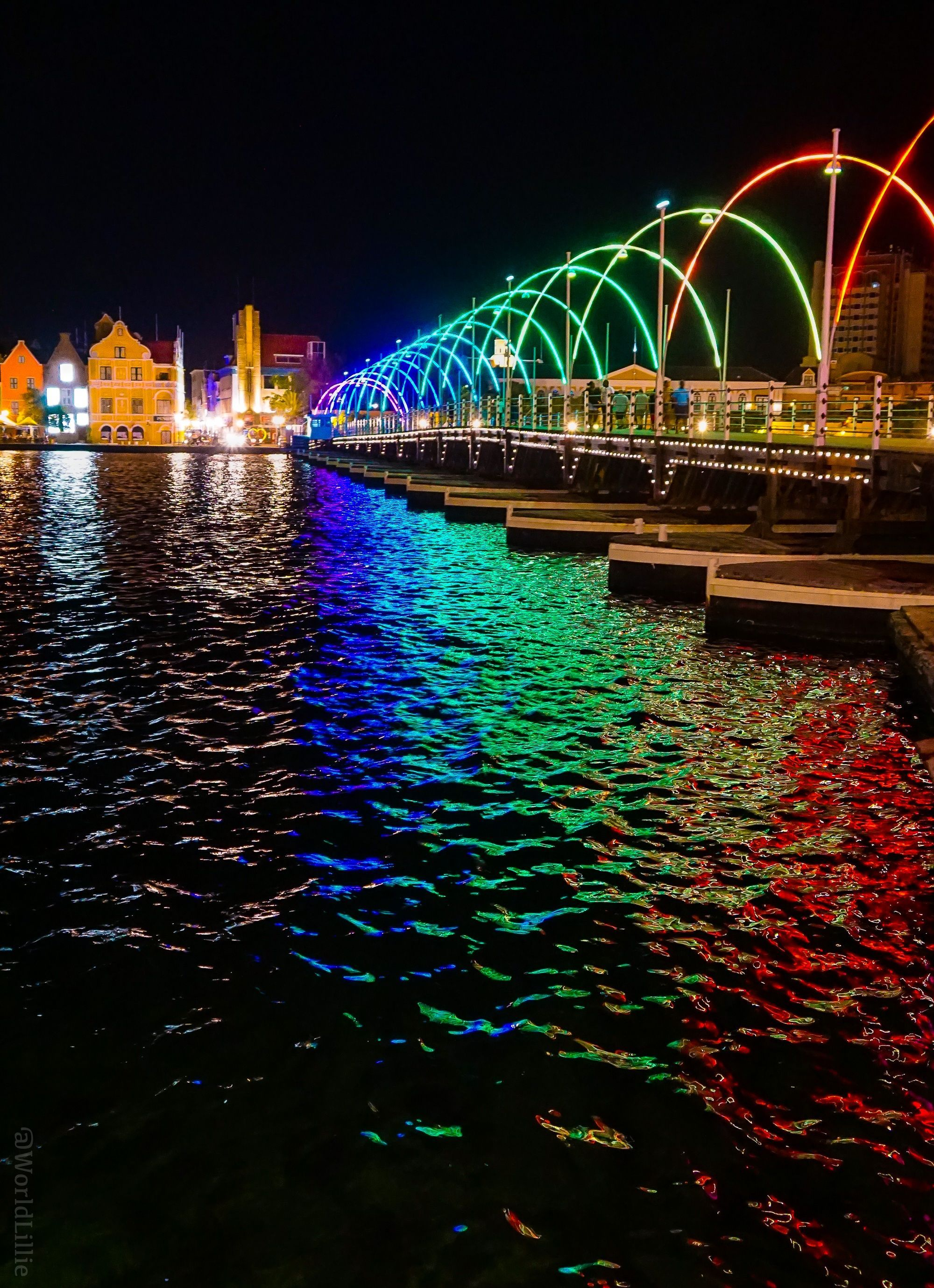 The Queen Emma Floating Bridge In Willemstad Curacao Is A Gorgeous Floating Rainbow Curacaoislandbeach Lugares Hermosos Viajes Curazao
