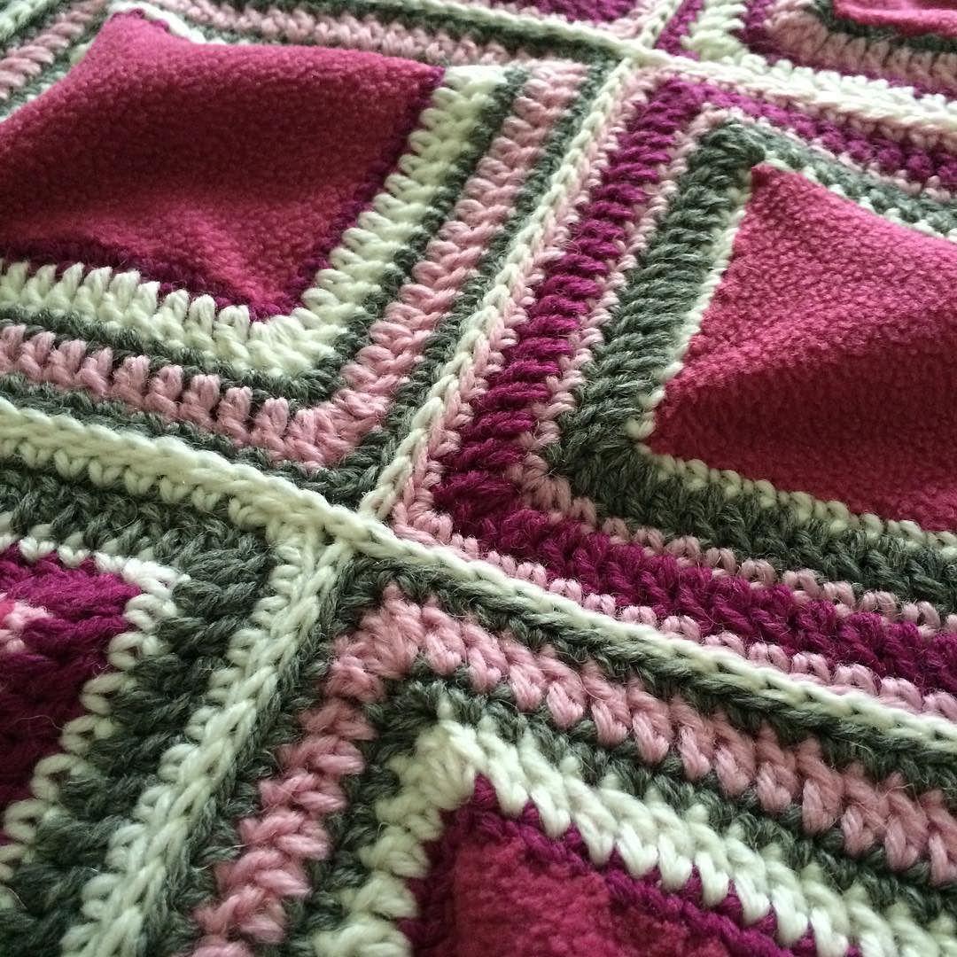 #Zippertechnique is just perfect for combining! #details #crochet #crocheting #crochetquilt #crochetblanket #babyblanket #crochetlover #instacrochet #fleece #vetoketjutekniikka #yksityiskohtia #tilkkutyö #tilkkupeitto #tilkkutäkki #vauvapeitto #virkkaus by lankakerani