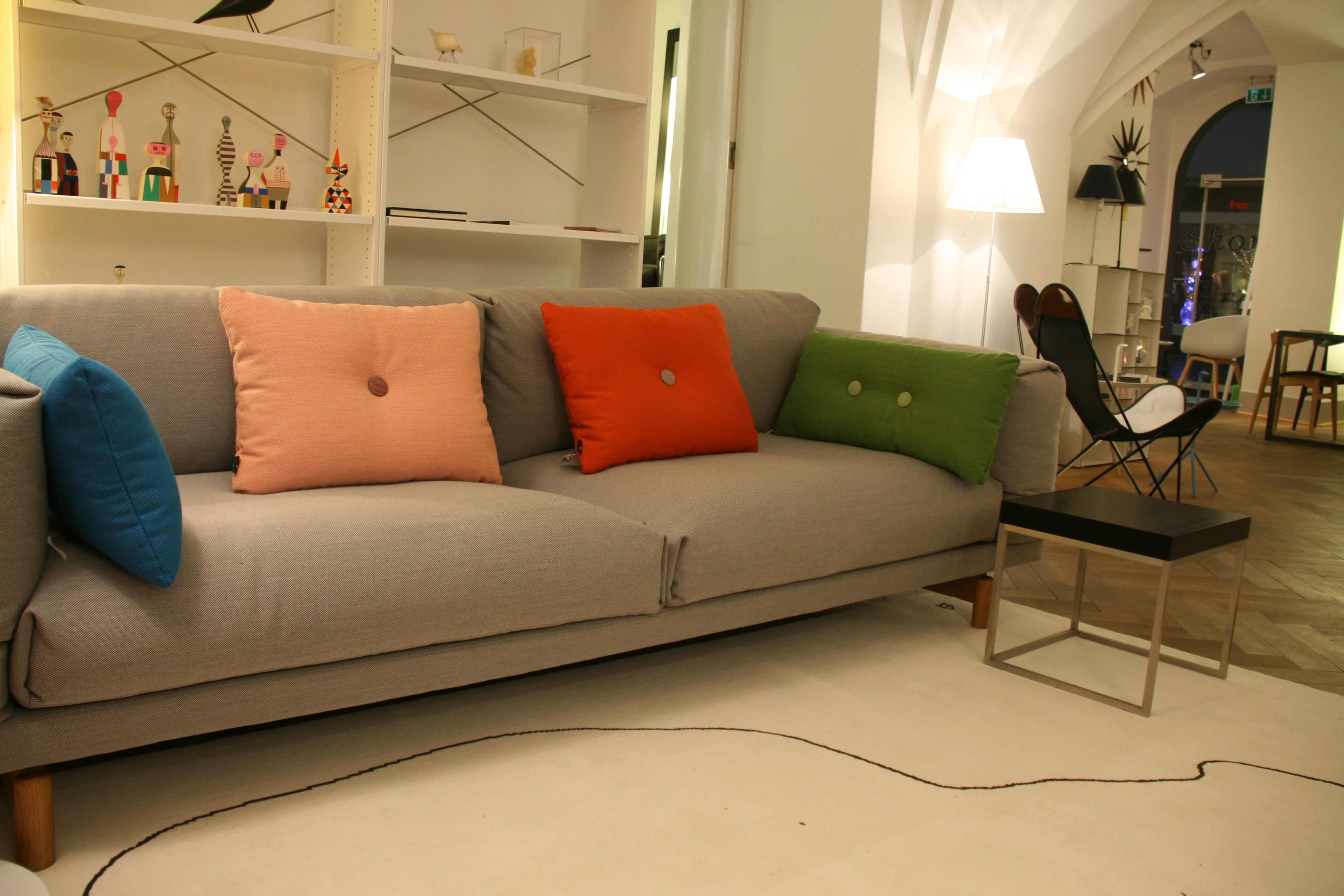 Das Bequeme Muuto Rest Sofa Mit Dot Kissen Von Hay U2013 Beide Mit Hochwertigen  Stoffen Von Kvadrat