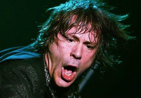 Foi uma jogada de marketing sem nada a ver com a qualidade da cerveja O vocalista do Iron Maiden, Bruce Dickinson, terminou o show do grupo neste domingo, no