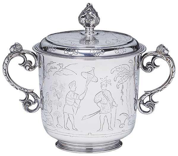 """110700374 - """"Bowl"""" com tampa em prata inglesa, decorado em gravação com personagens orientai"""