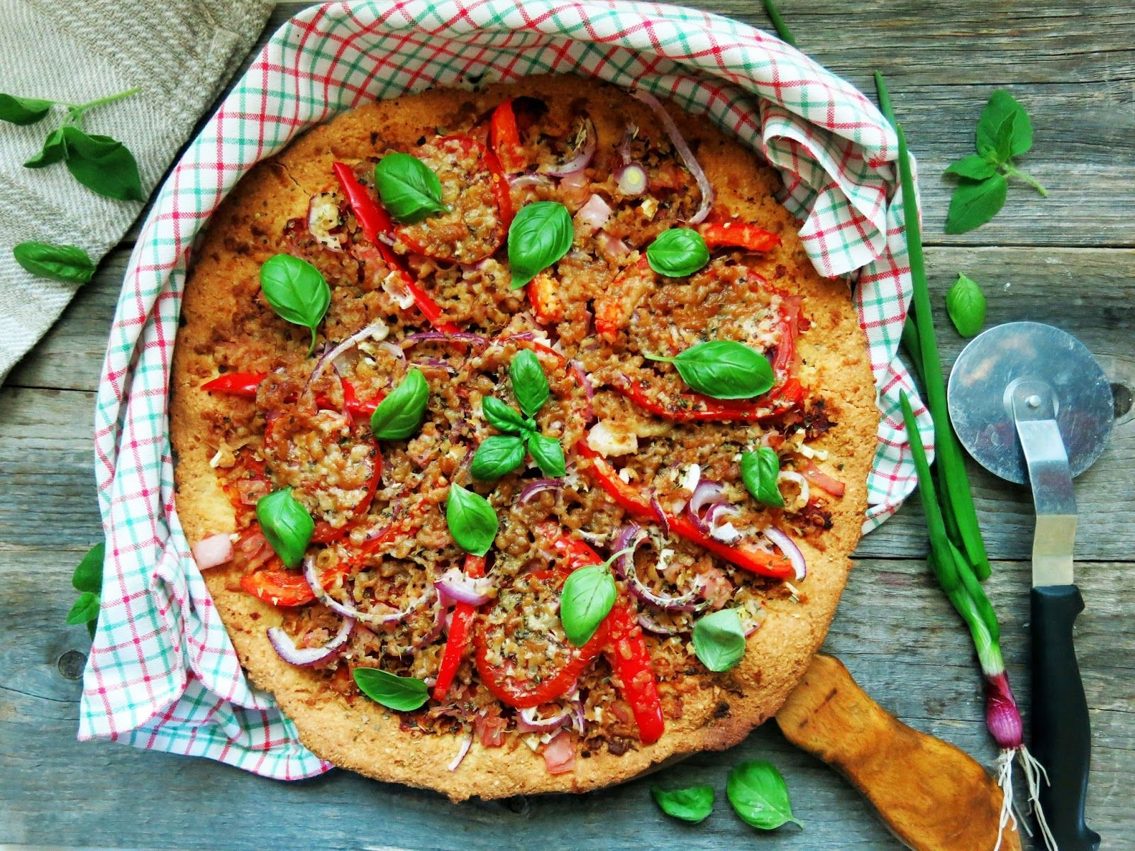 Pohja: 2,5dl mantelijauhetta 2rkl kookosjauhoa 1tl ksantaania 0,25-0,5tl suolaa ½tl soodaa 2rkl omenaviinietikkaa 2 isoa munaa 1rkl oliiviöljyä (halutessasi voit maustaa pohjaa esimerkiksi valkosipulilla, yrteillä tms.)  Laita haluamasi täytteet  200C Paista pohjaa noin 7-10 minuuttia ja ota pohja pois uunista. Täytä pizza haluamasi täytteillä ja raasta pinnalle esimerkiksi vegaanista parmesaania. Paista pohjaa vielä noin 8-10min