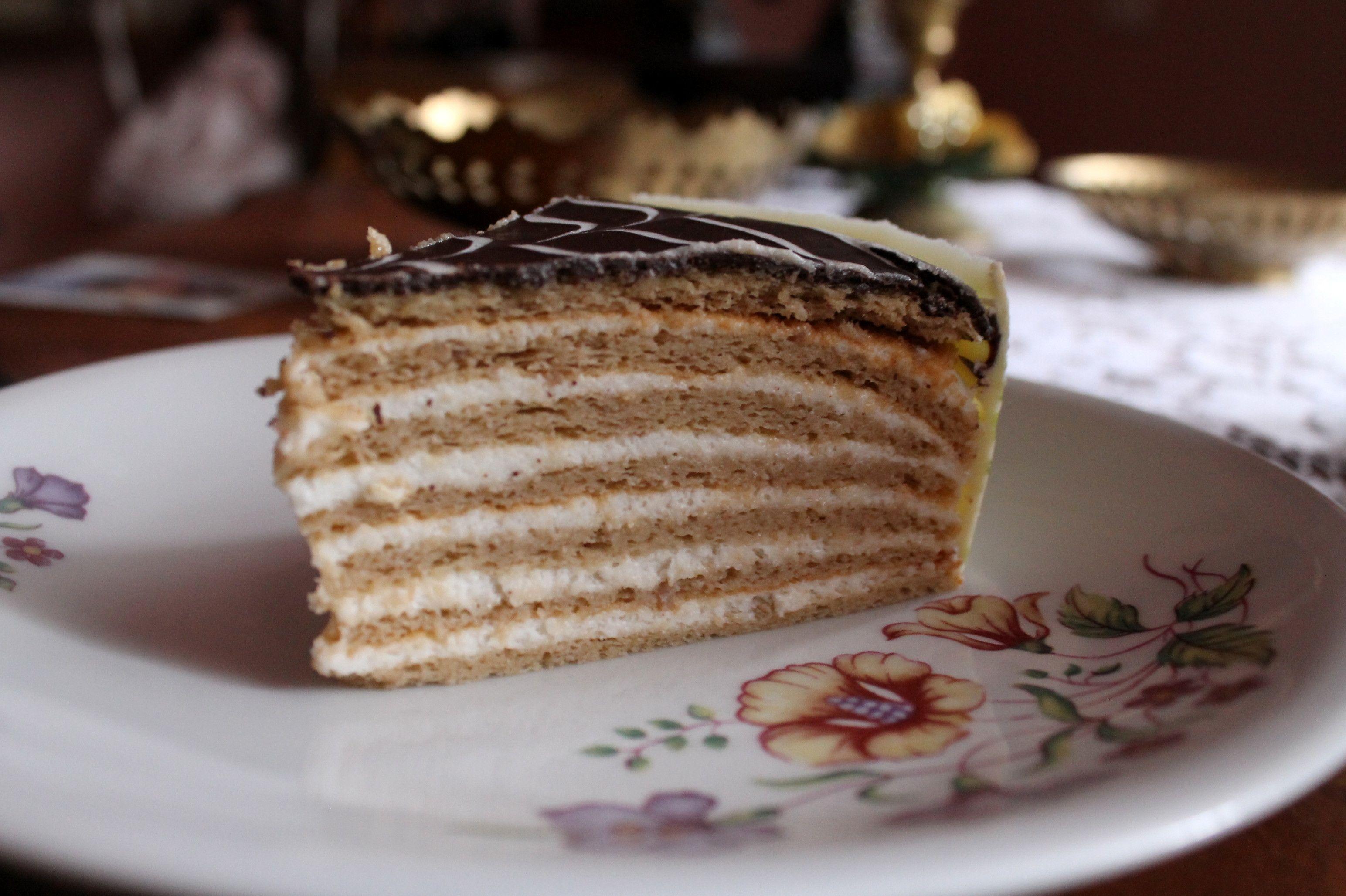Nagymamám is betöltötte a 74. életévét. Nekik minden évben valamilyen burkolatlan tortával készülök. Idén gondoltam letesztelem Nudleee Hunyadi tortáját, ő mindig az apukája születésnapjára készíti. :) Először bosszankodtam egy sort annak ellenére, hogy hasonló tésztával volt már dolgom nem is egyszer, de végül azt mondom dupla ennyi vesződést is megért volna! :) Hozzávalók 22 cm-es tortához vagy egy több rétegű 19 cm-eshez:Tészta: 7 tojás 10 dkg porcukor 25 dkg gesztenyemassza 2 evőkanál…