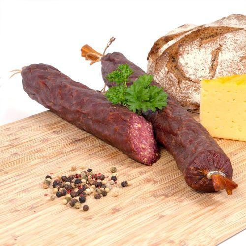 Unsere Wildsalami ist eine schnittfeste, kaltgeräucherte Rohwurst aus Hirsch und Wildschwein, die einen ganz eigenen Geschmack besitzt.