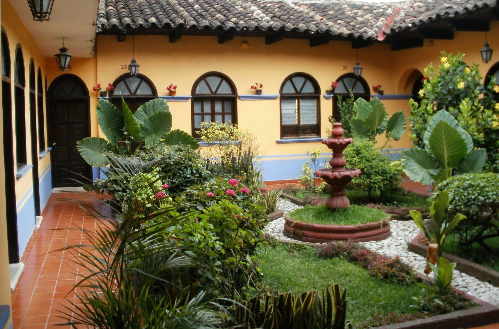 Spanish colonial courtyards spanish style garden for Spanish garden designs