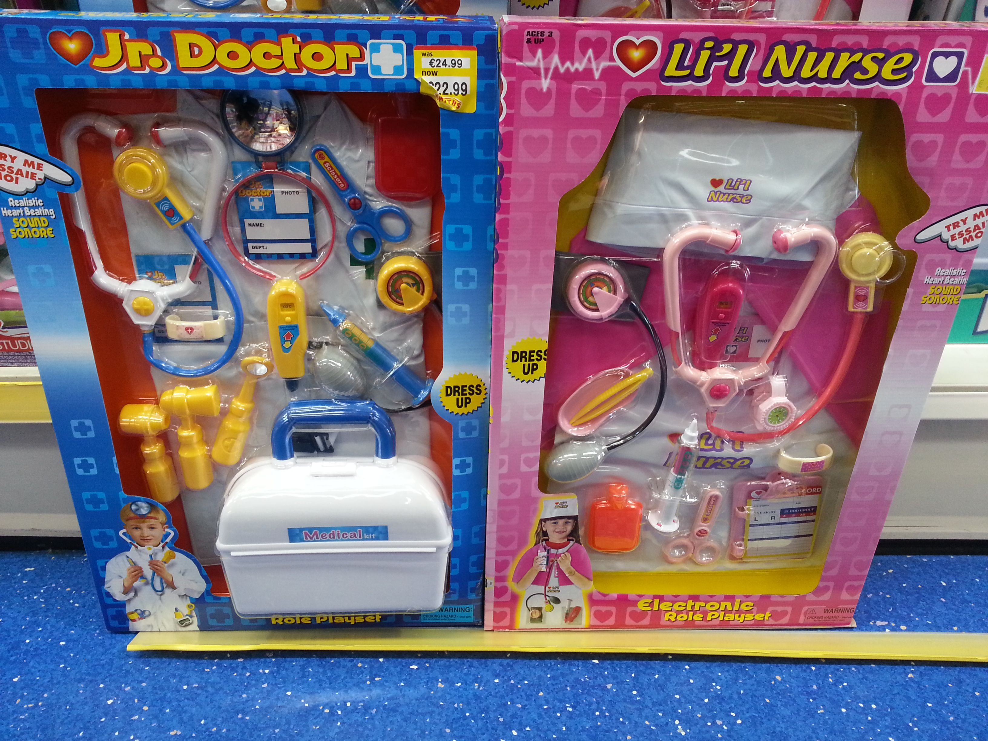 Different Toy Firms Continue To Make Children S Play Dress Up But A Reoccurring Decision Always Brings Up Debate This Topic Revolves Aro Bilder Leksaker Visa