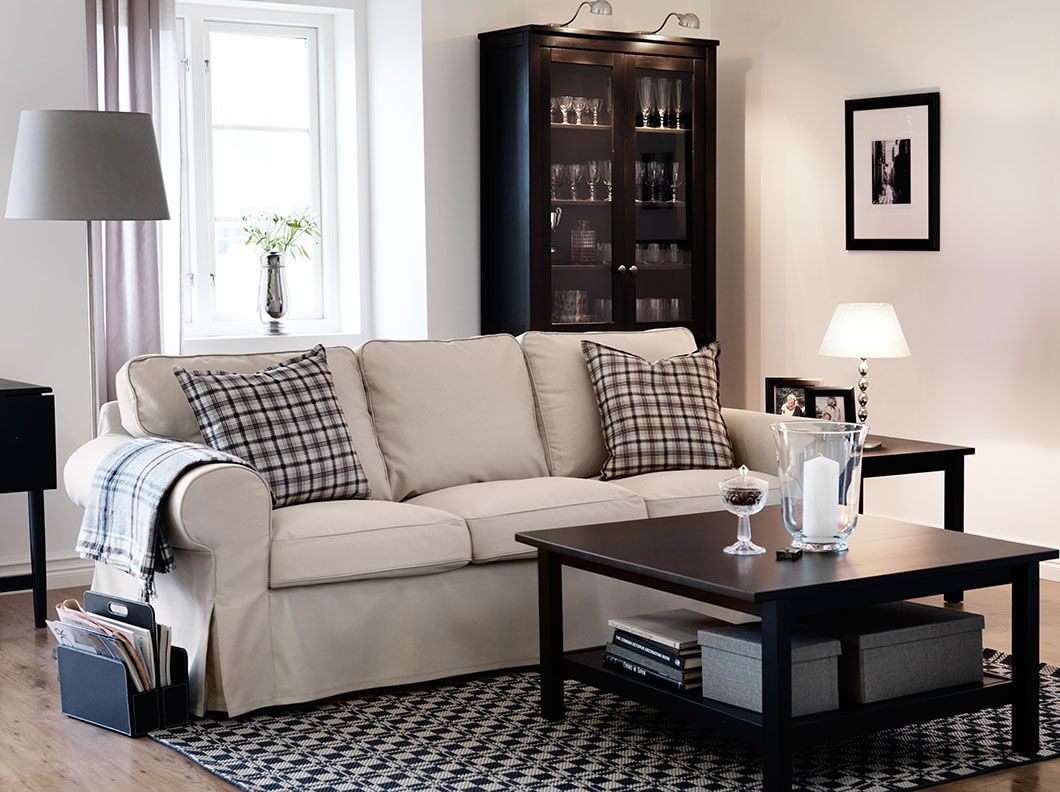 Ein Wohnzimmer mit EKTORP 3erSofa mit Bezug Tygelsj in