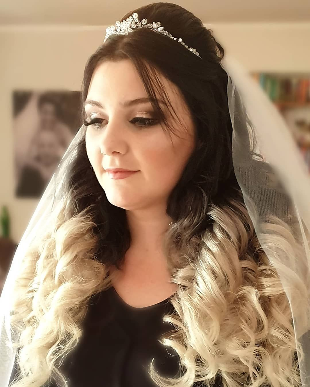 Ich Wunsche Euch Allen Einen Schonen Tag Brautfrisur2019 Locken Lockenfrisur Luftigelocken Elenakasazki Braut Hochzeit Fashion Pearl Earrings Earrings