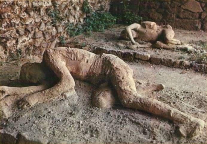 POMPEI    A Pompei  si sta col respiro sospeso    è crollato un mondo intero,  è rimasto eterno  solo l'attimo della fine     della vita  l'ultimo momento