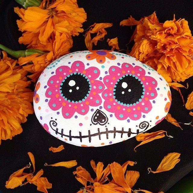 DAY OF THE DEAD/TAG DER TOTEN~Sugar skull rock--Augen, pouty Mehr #auf #Augen #Gesicht #HART #Instagram #pouty #rock painting ideas inspirational