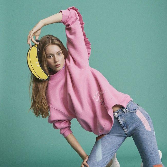 Felpe dalle tinte shocking, jeans con toppe hippie, volant sulle maniche e sovrapposizioni uniche: la moda donna per la prossima primavera è ancora più divertente ed è qui che ti attende!
