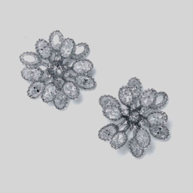 Bridesmaid earrings? I want something that matches the broach on the waist