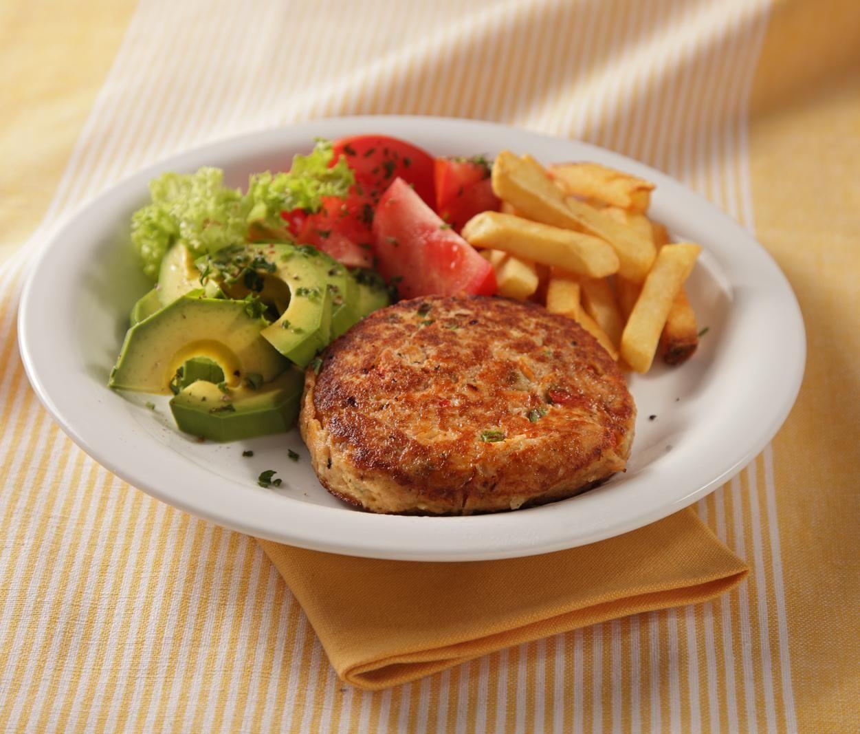 Receta Hamburguesas de salmón con tomate, lechuga y papas fritas