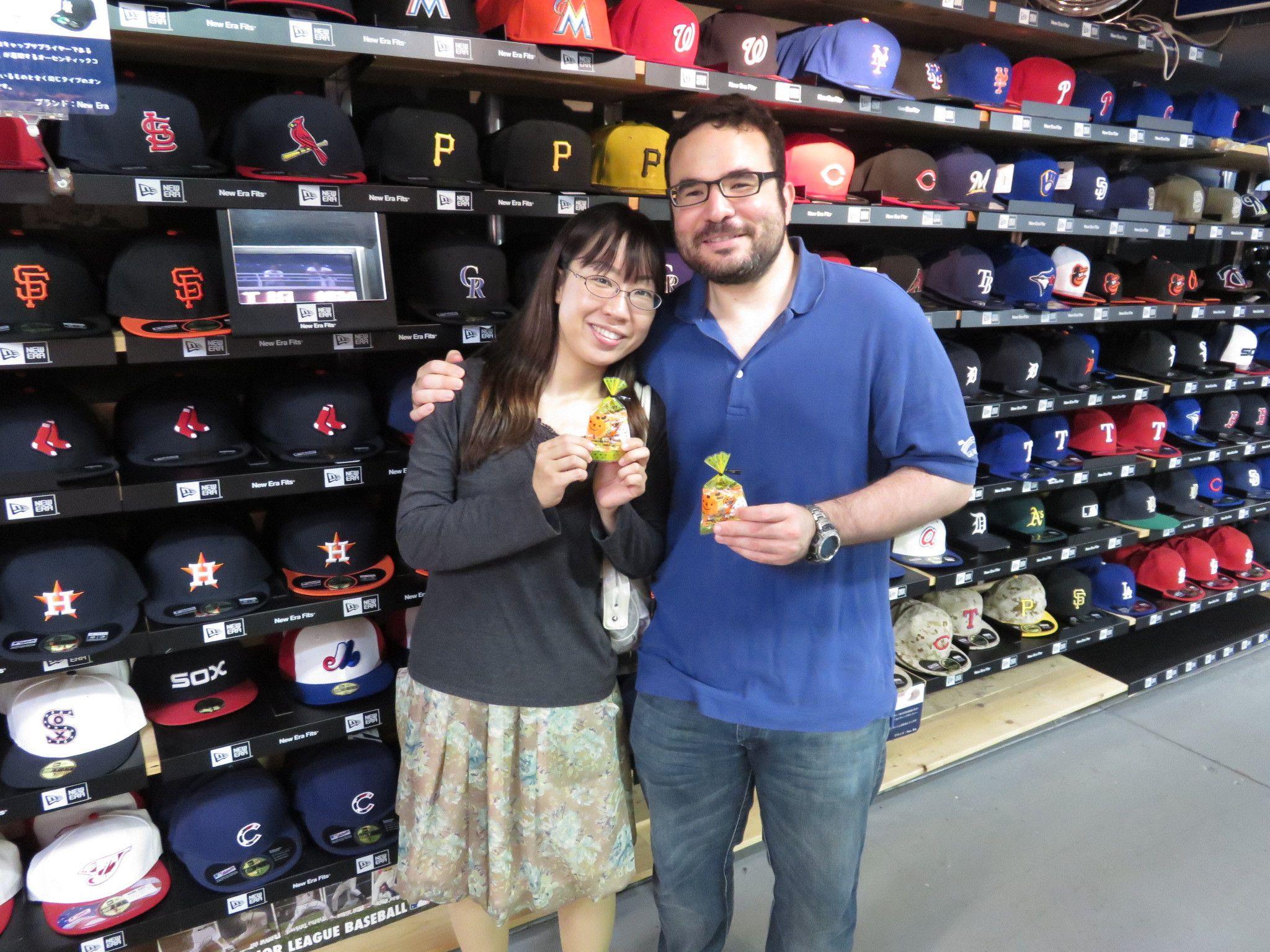 【新宿1号店】2014.10.09 コロンビアからお越しのお客様になります。お土産のベイスターズのユニフォームは喜んでもらえたでしょうか?またのご来店お待ちしております☆