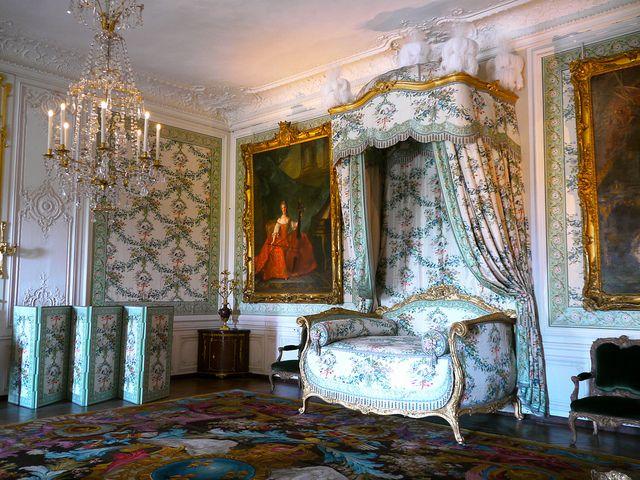 Versailles, Yvelines: la chambre de Madame Victoire au rez-de-chaussée du  château. | Chateaux interiors, French furniture, French apartment