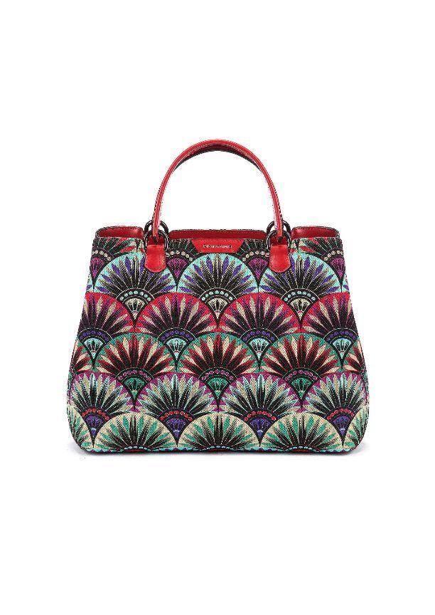 Los bolsos se extreman en formato XL o en mini bags, y las sandalias y demás accesorios sacan su lado arty y colorido. Estas son las piezas clave de la próxima temporada.