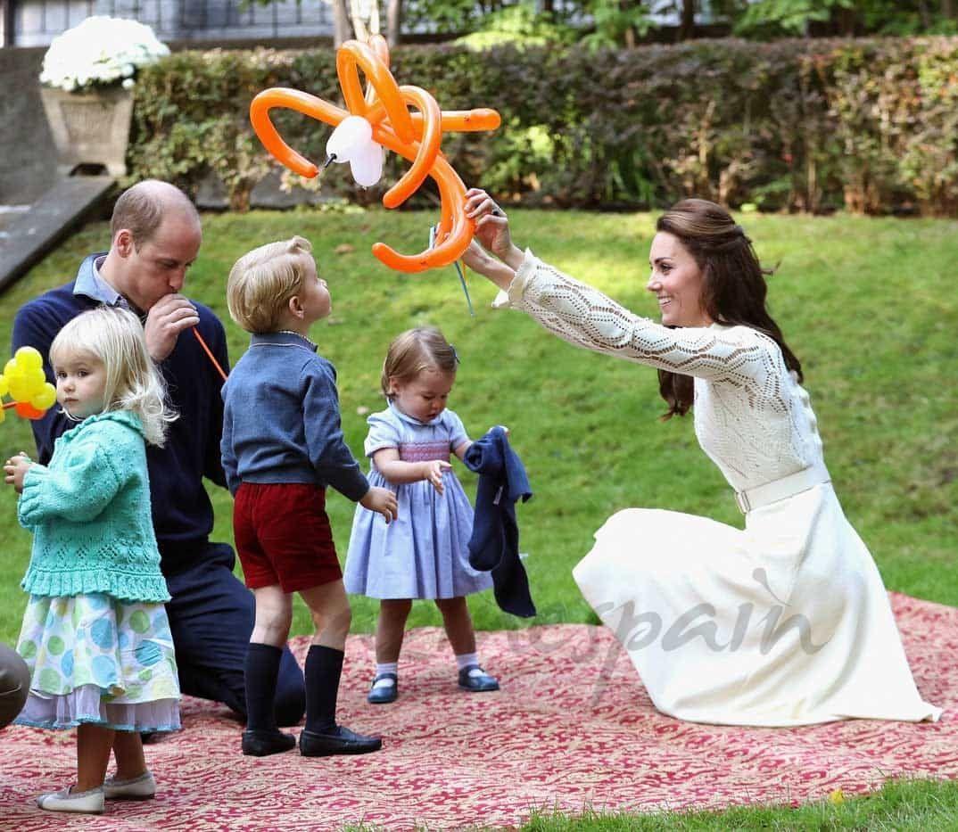 El Príncipe Guillermo Y Su Esposa Kate Esperan Su Tercer Hijo Magazinespain Com Princesa Carlota Principe Jorge Principe Guillermo