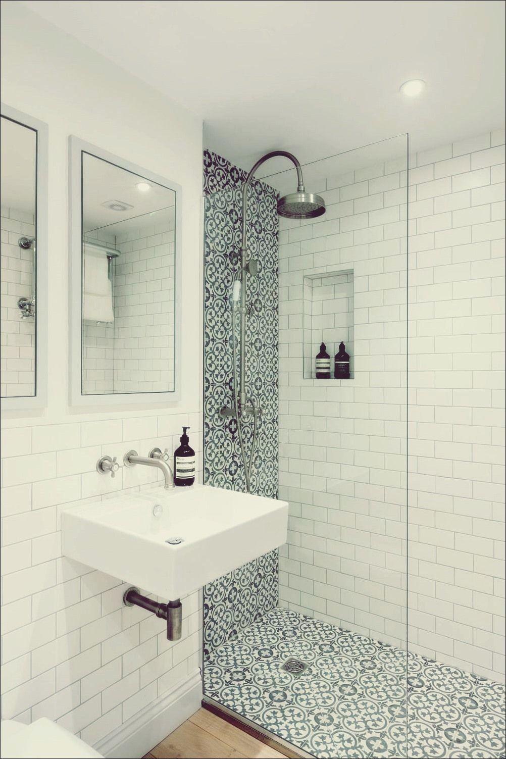 15 Moglichkeiten Ihr Weisses Badezimmer Mit Stil Aufzufrischen In 2020 Dusche Umgestalten Badezimmer Renovieren Weisses Badezimmer