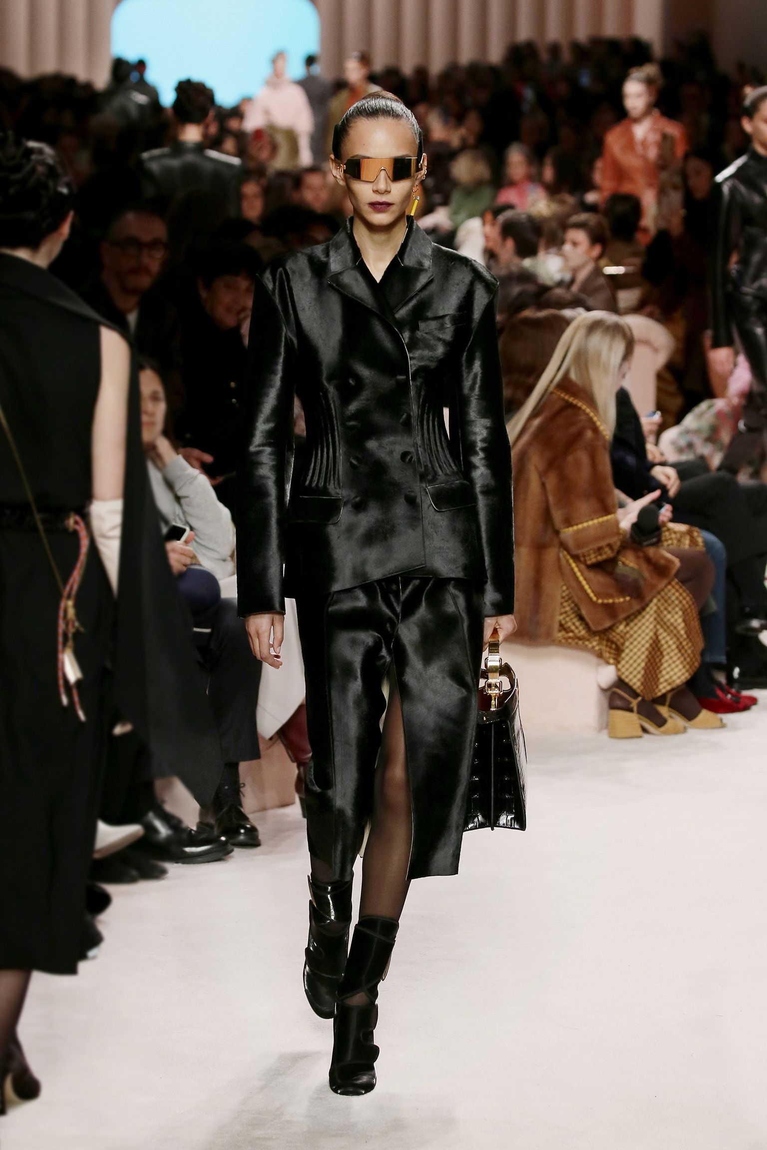 Women S Fall Winter 2020 21 Fashion Show Creative Director Silvia Venturini Fendi In 2020 With Images High Fashion Looks Fendi Fashion Show