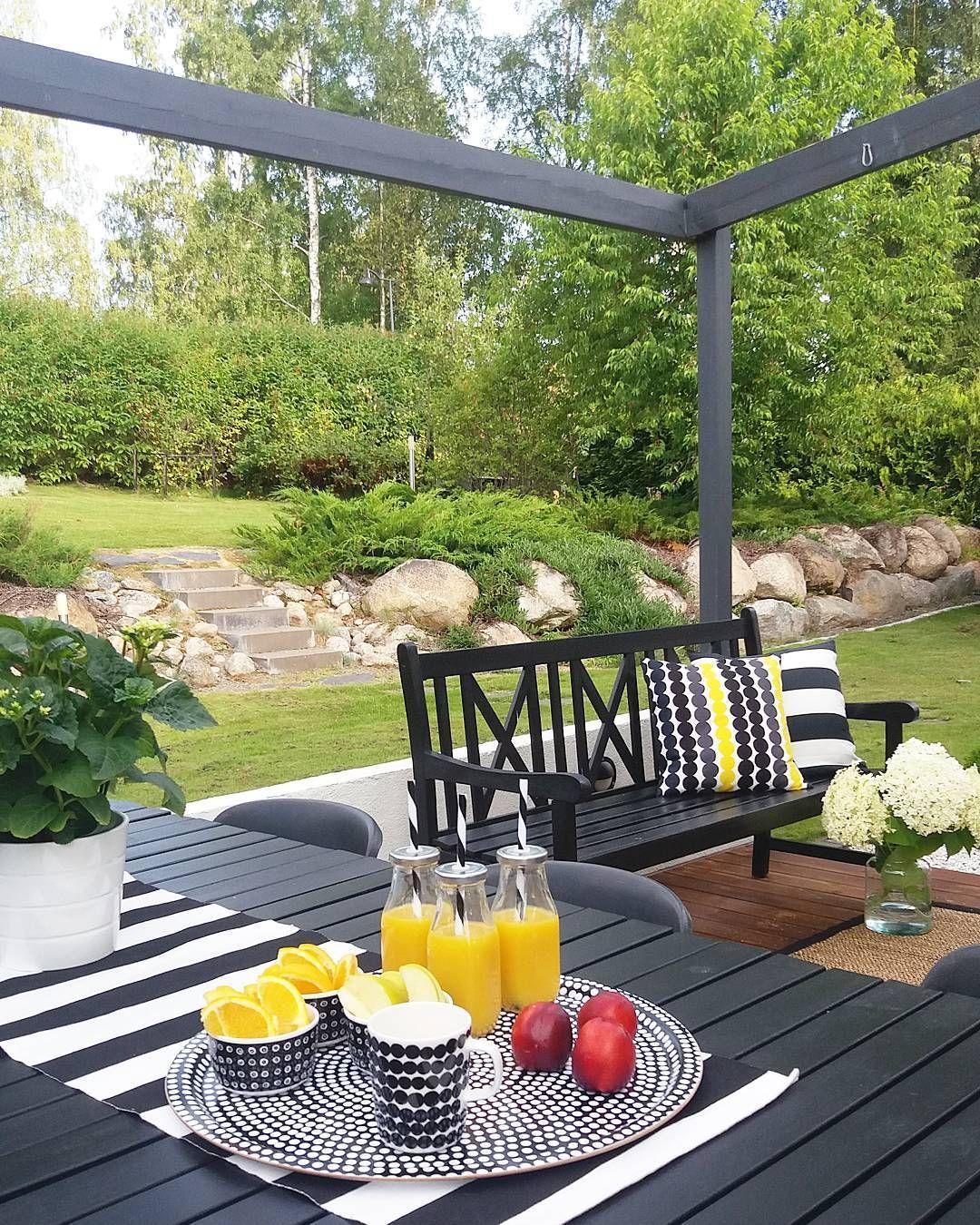 Huomenta, terassi kelit näyttää jatkuvan 👌Ihanaa päivää kaikille! 💛 Good mornig and have a nice day! 💛#terrace #summer #goodmorning #marimekko #marimekkodesignhouse #inspiroivakoti #etuovisisustus #nordicminimalism #garden #mynordicroom