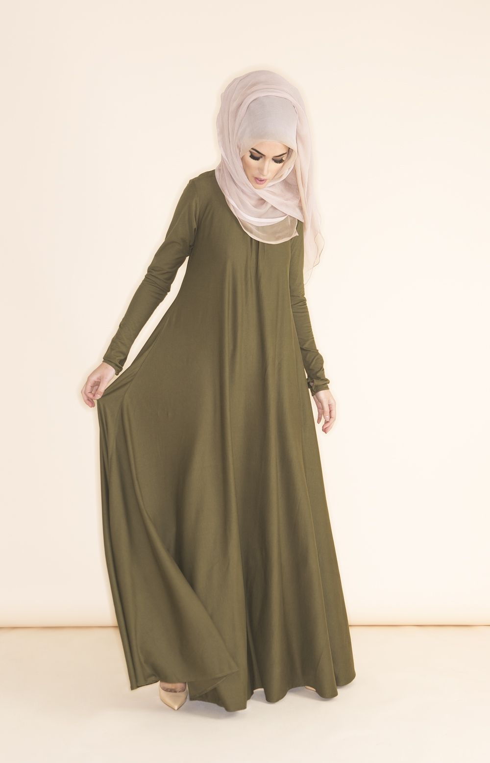 Love this cute hijab style with this long green abaya looks soo beautiful and amazing my favourite love it amazing soo beautiful.