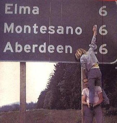 Kurt Cobain e Krist Novoselic (baixista do Nirvana) zoando em uma placa de rodovia.