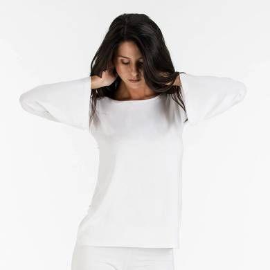 Maglia scollo a barchetta bianca di media lunghezza con manica lunga e morbido taglio a campana. In pregiata viscosa, è pensata per tutte le attività del tempo libero – sport,  relax a casa e beachwear.  Se abbinata al pantalone diventa un elegante e morbido pigiama. #WearEssential #moda #maglia #relax