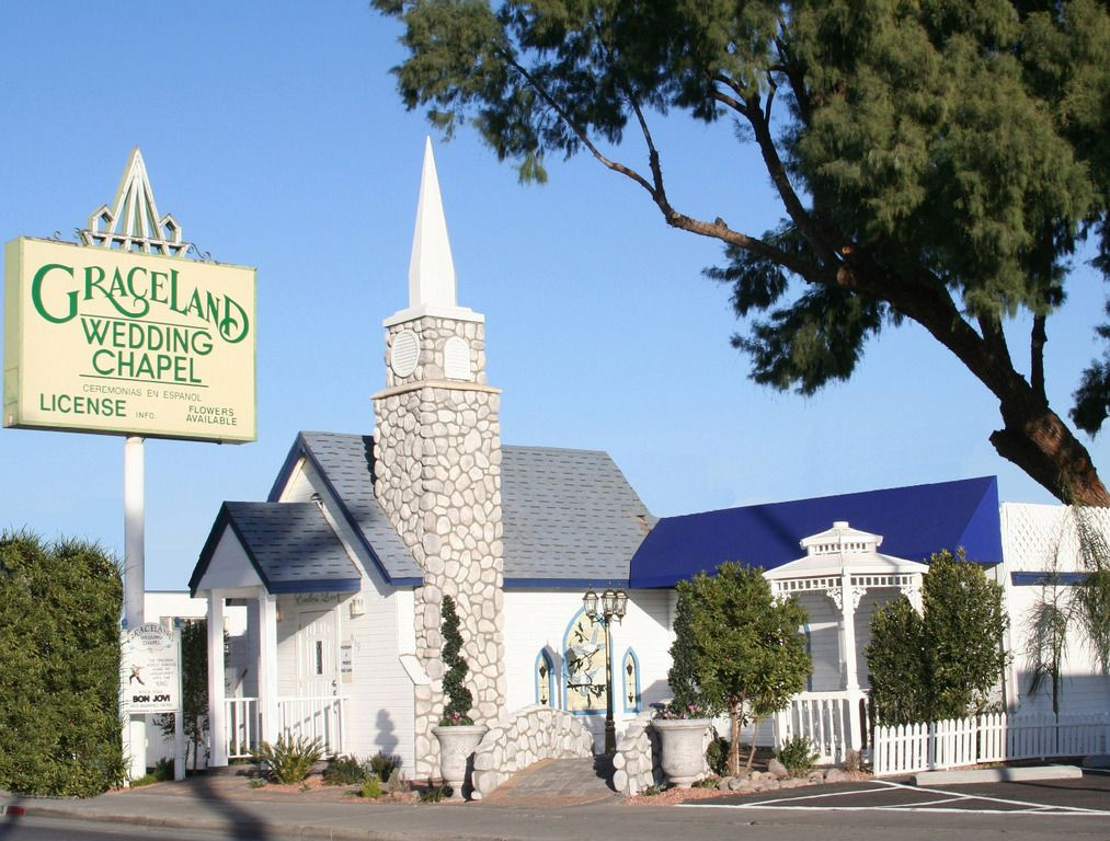 Graceland Wedding Chapel Has Probably Seen More Celebrity Weddings Than Any Other Chapel In The Us I Las Vegas Wedding Venue Chapel Wedding Las Vegas Weddings