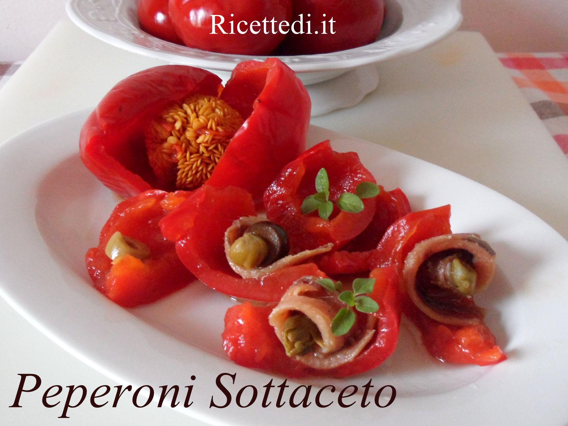 In questa foto-ricetta Elisa ci mostra come preparare i peperoni sottaceto. La miscela da utilizzare è 1 lt. di aceto, 800 ml di vino e 200 ml. di acqua.