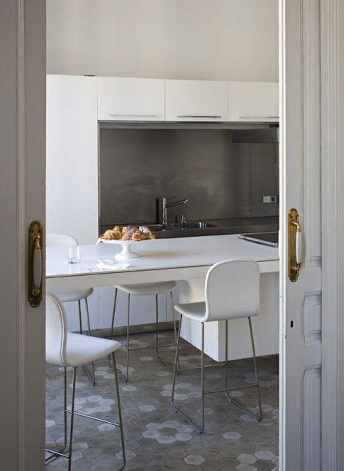 cocina con frente gris y suelo hidráulico