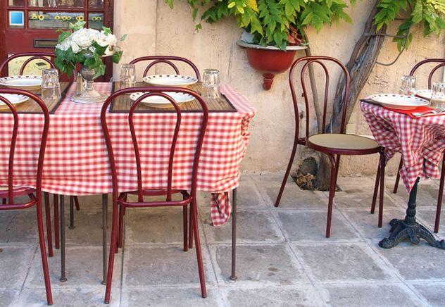 Bistrô francês. Toalha vermelha e xadrez. Cadeiras tradicionais Thonet. Ruas de Paris.