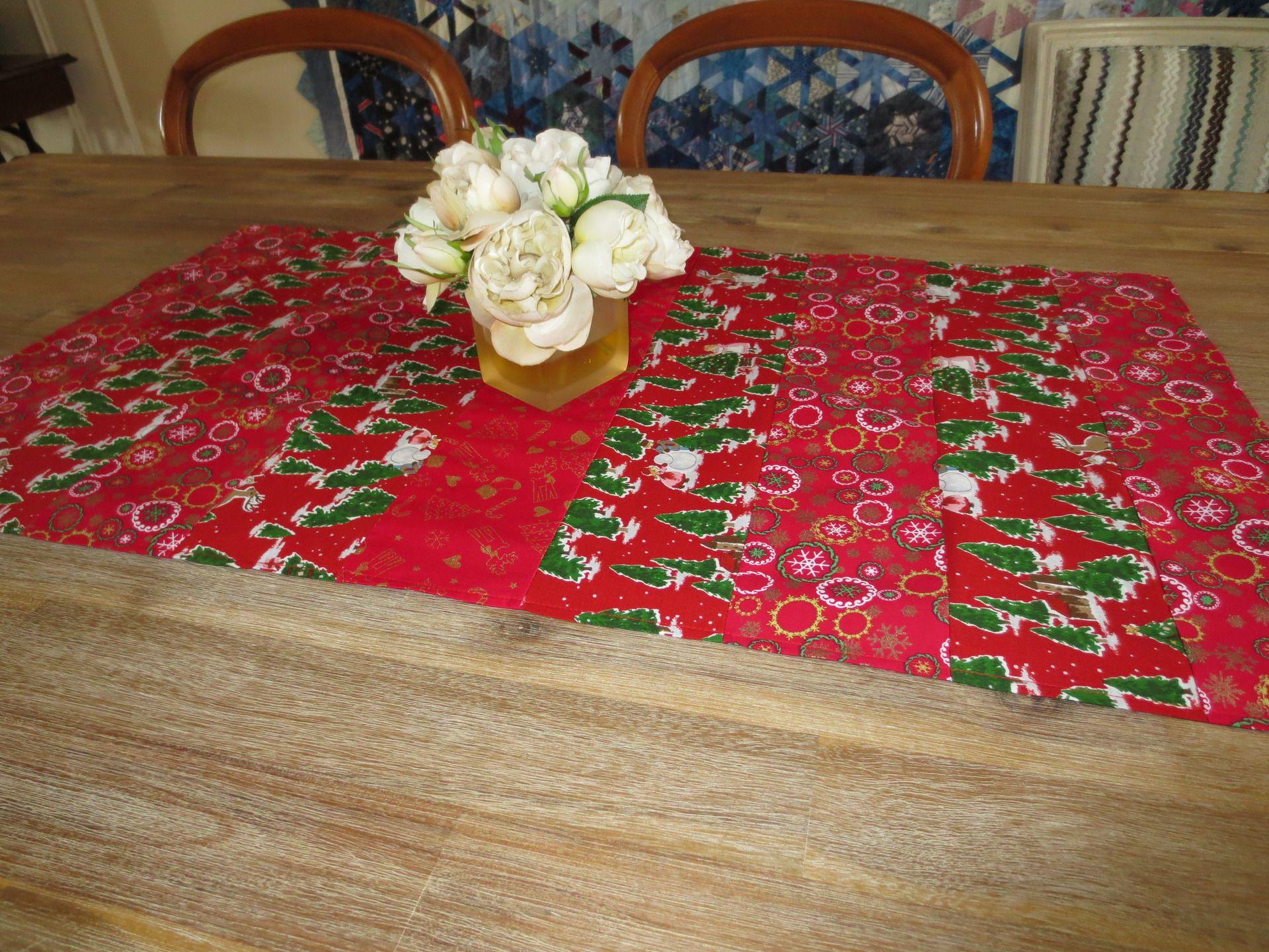 chemin de table nappe en patchwork d coration no l en rouge avec sapins accessoires de mais. Black Bedroom Furniture Sets. Home Design Ideas