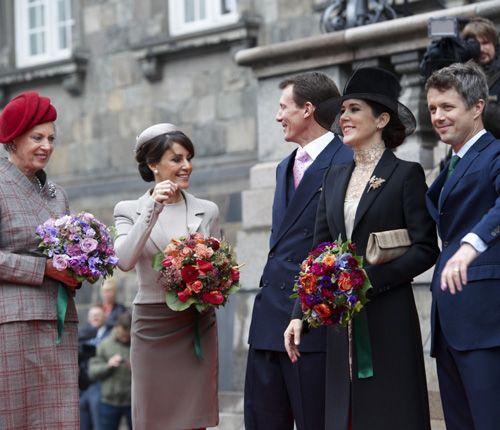 Mary y Marie de Dinamarca: protocolo y elegancia en la solemne apertura del Parlamento #princess #denmark #royals #royalty