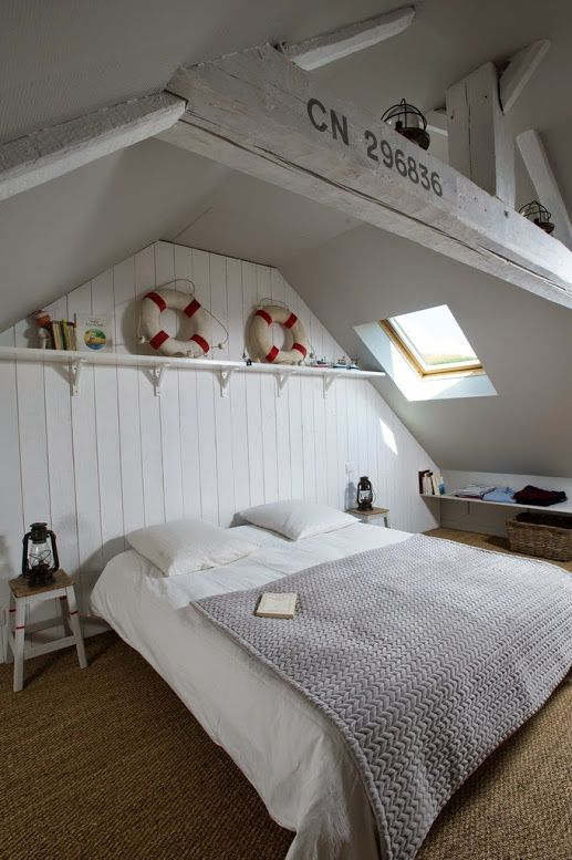 Un Vent Marin Souffle Sur La Deco De Ce Duplex De 65 M2 Maison Normande Deco Maison Chambre Bord De Mer