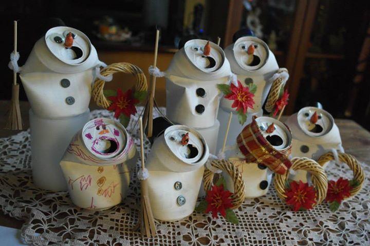 Tölkeistä tehtyjä lumiukkoja