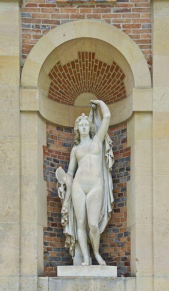 Statue de femme miroir p<ar Noël-Jules Girard ,extérieur de la galerie des cerfs