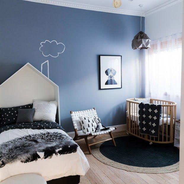 Schlafzimmer mit Babybett-Ecke und blauer Wand. | Schlafzimmer ...