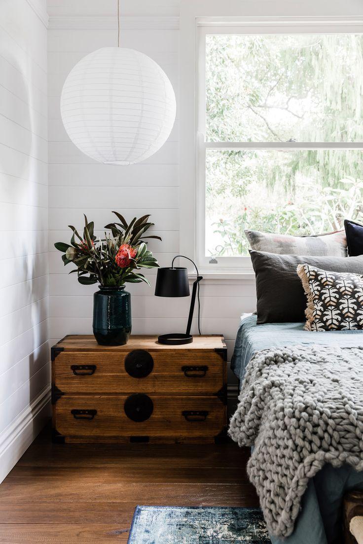 Schlafzimmer Einrichten Inspiration Holz Nachttisch Lampe Papierballon  Japanisch Minimalistisch Bett Bettwäsche Grau Schwarz Weiß Deko Interior  Design