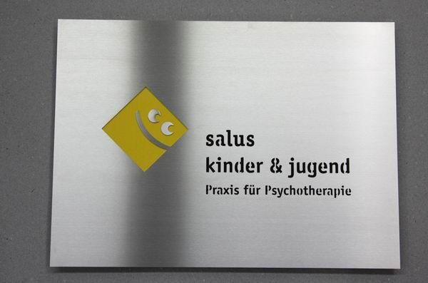 Hochwertiges Edelstahlschild mit gelasertem Logo