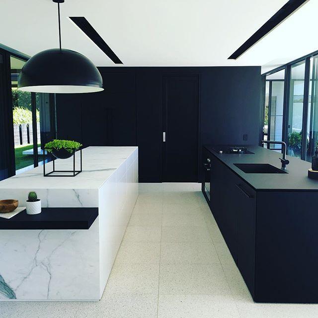 Lys og mørke på hver sin øy. Bruk for eksempel Iconic Black og Eternal Statuario fra Silestone. Vi leverer steinplater og granitt kompositt til kjøkken og bad. Besøk oss på www.allstein.no
