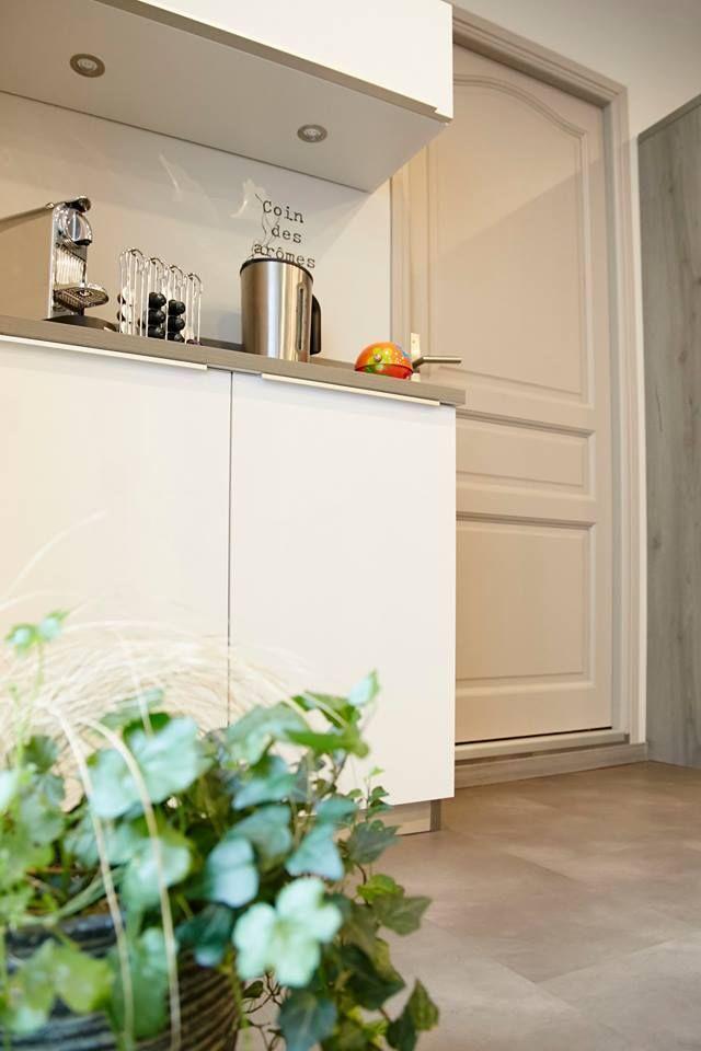 Grande cuisine blanche  grise avec grande table centrale Cuisines
