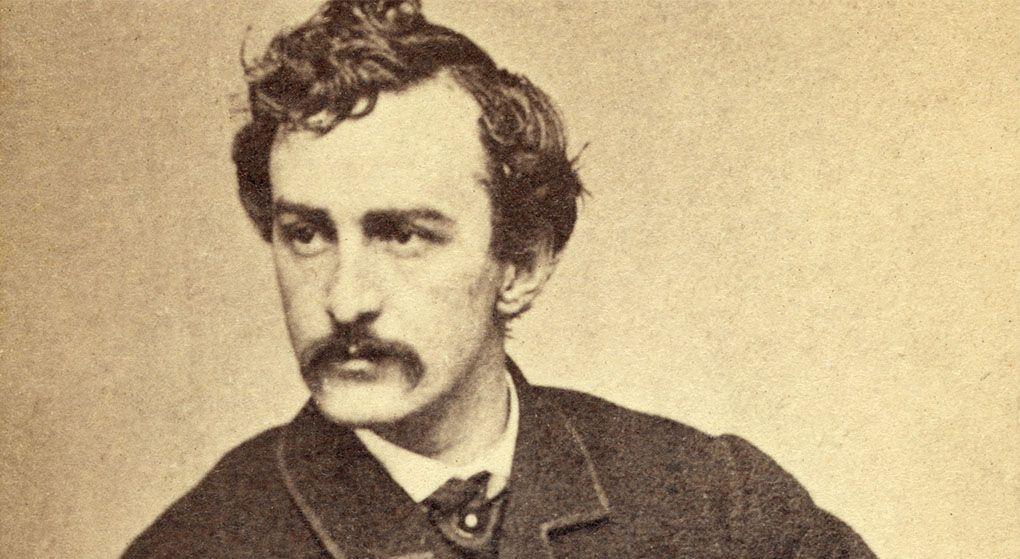 John Wilkes Booth. Fue el líder de la conspiración para el asesinato de Lincoln. Tras el magnicidio logró huir con la ayuda de John Surrat, pero fue localizado y murió en el tiroteo que se produjo. Querían derrocar las Instituciones de La Unión y lo que consiguieron fue reforzarlas.
