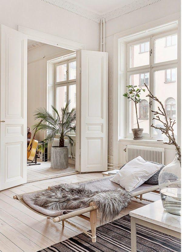 Wunderschöne skandinavische raumeinrichtung das fell ist dabei ein sehr beliebtes stilelement und sehr gemütlich