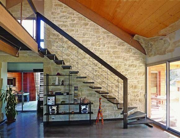 Die Dunkle Holztreppe Mit Starkem Handlauf Ist Hier Optimal   Treppen Wand  Gestalten