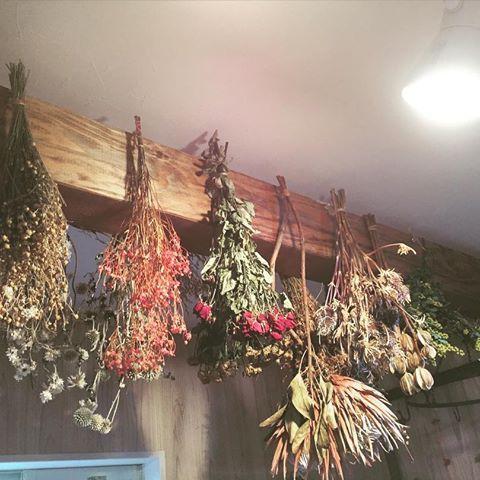 バケツに飾ってたドライフラワーを天井の梁から吊るしてみました