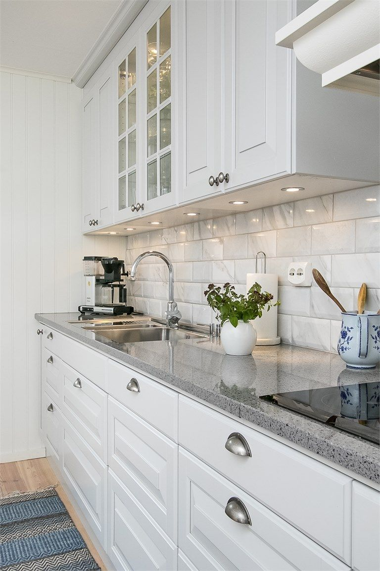 Litet Vägghängt Vitrinskåp ~ Klassiskt pärlgrått kök med vitrinskåp och en finfin stenskiva Ballingslöv KÖK profilerade