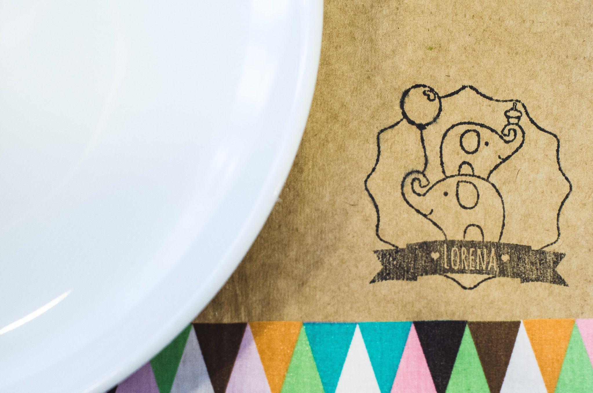 Jogo americado kraft com carimbo personalizado e detalhe de tecido - Elephant party Desenvolvido por Vida Festeira  Foto: Gilson Silva