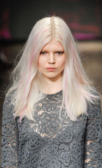 cabelos loiros com madeixas rosa