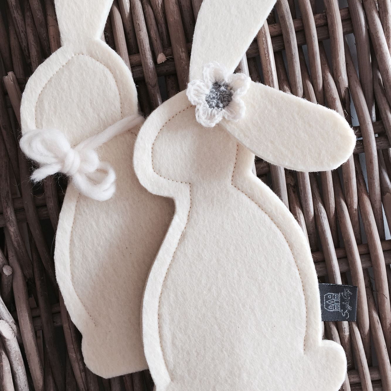Die ersten Häschen Pärchen kommen angehoppelt - Mr. and Mrs. white rabbit - happy easter !